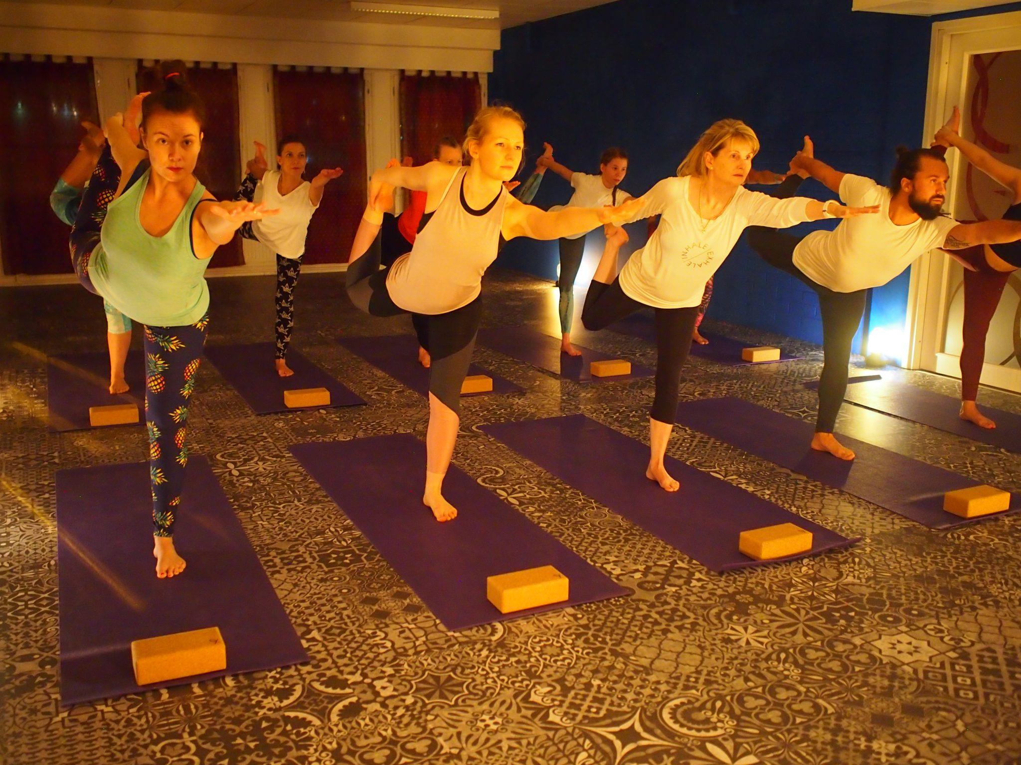 Joogan pitkä alkeis-jatkokurssilla matka jatkuu syvemmälle inspiroivaan joogaharjotukseen